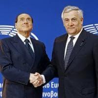 """Fi, Berlusconi sul palco di Fiuggi. Coro dalla platea: """"Un presidente, c'è solo un..."""