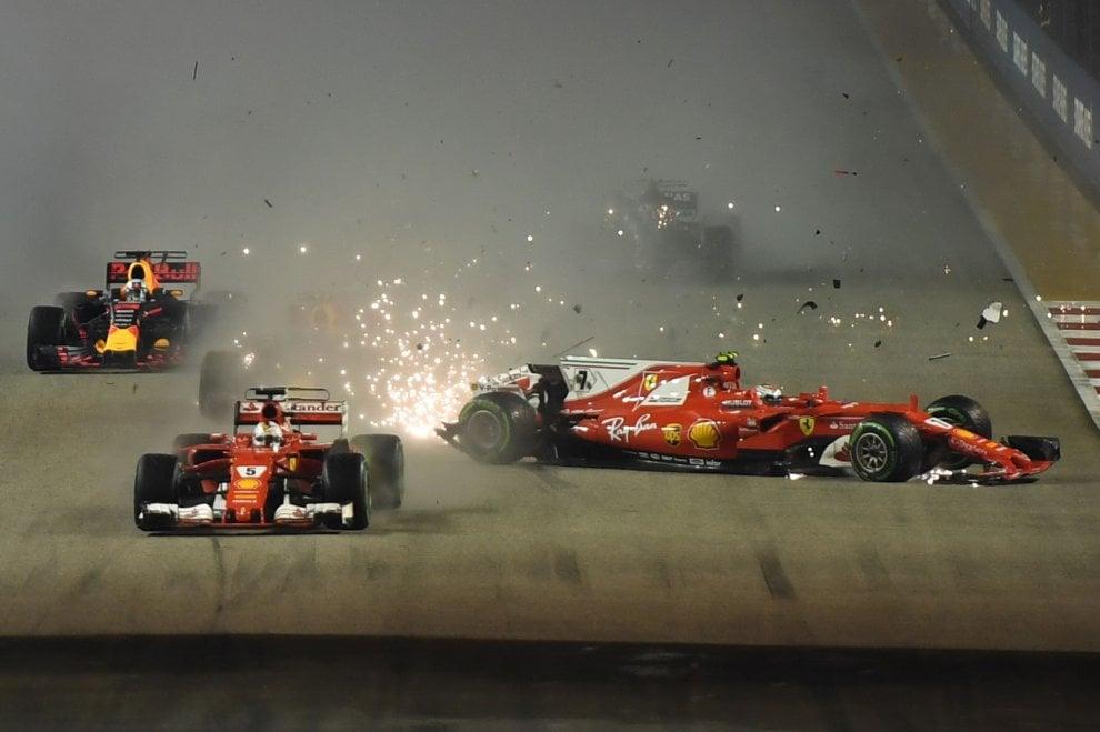F1 Gp Singapore, partenza disastrosa per la Ferrari: Vettel e Raikkonen si ritirano dopo scontro con Verstappen
