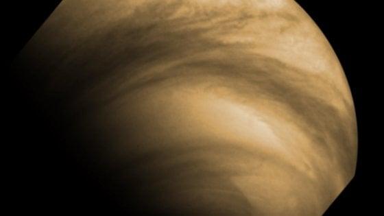 Il lato oscuro di Venere: strane nubi si muovono di notte