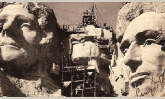 Monte Rushmore, una targa per l'italiano Luigi Del Bianco. Fu lui a intagliare i volti dei quattro presidenti