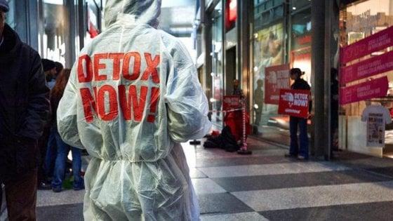 """Greenpeace: """"Serve moda slow perché il riciclo dei vestiti al 100% è una chimera"""""""