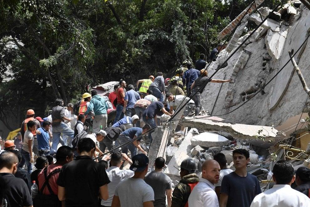 Terremoto Messico: si scava tra le macerie dei palazzi distrutti