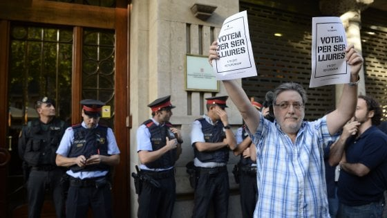 Catalogna, Madrid manda la Guardia Civil negli uffici del governo: 14 arresti. Proteste in strada