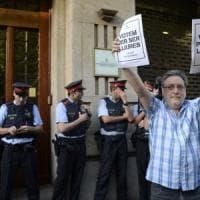 Catalogna, raid della Guardia Civile spagnola, 12 arresti. Proteste in strada