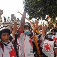 Messico, braccia alzate per chiedere silenzio: il gesto dei soccorritori
