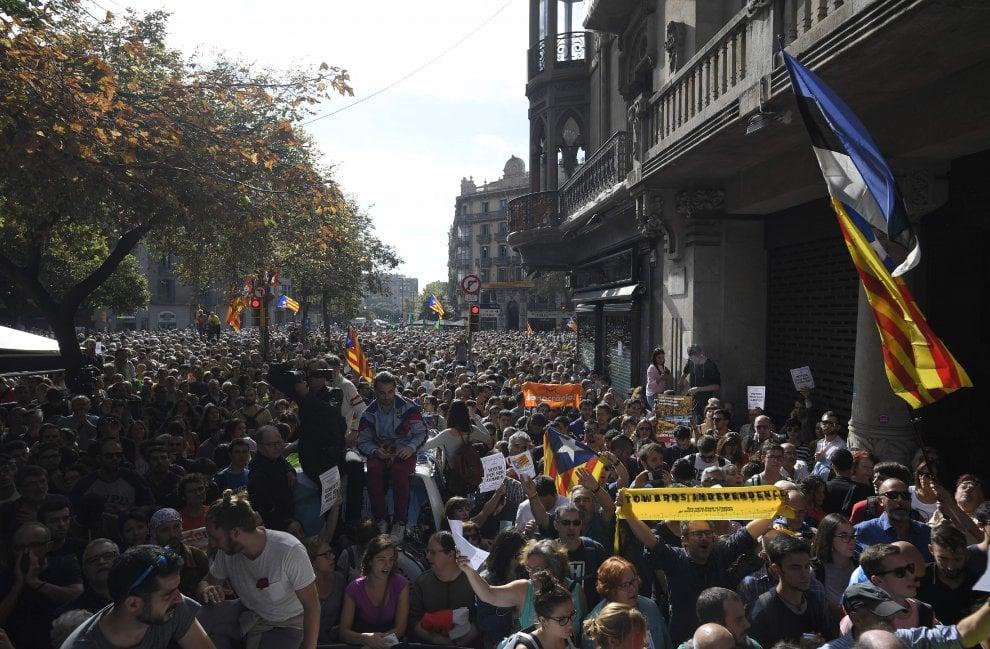 Proteste a Barcellona dopo il blitz e gli arresti nel governo catalano, centinaia di persone in strada