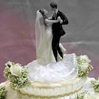 """Tajikistan, gli sposi violano la """"legge sulla parsimonia"""". Arriva la polizia e confisca..."""