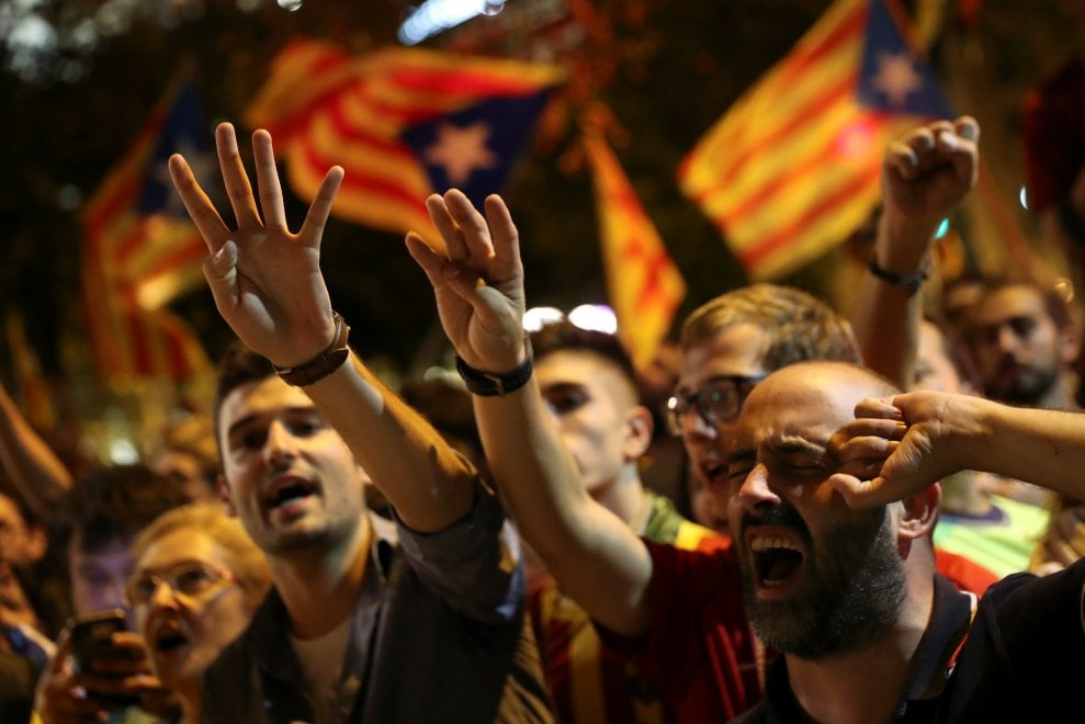 Barcellona, le proteste notturne davanti al ministero dell'Economia