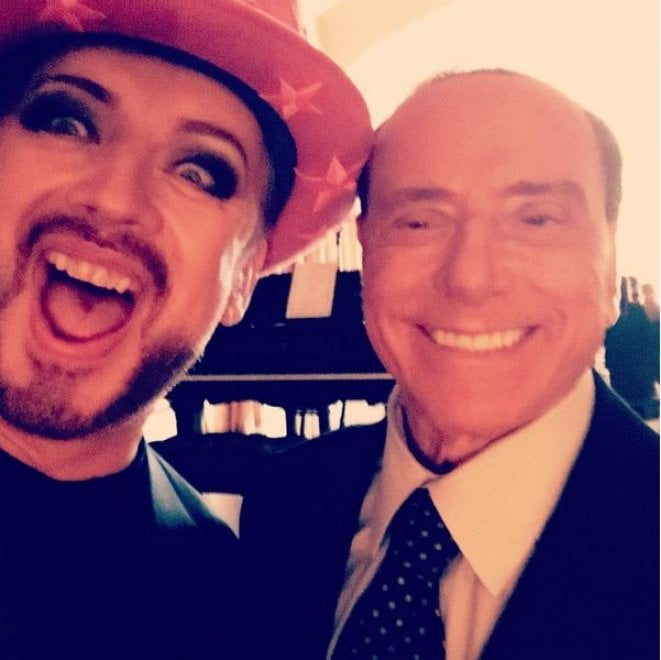 """Boy George e il selfie con Berlusconi su Instagram: """"Iconico"""""""