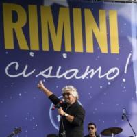 Rimini, Grillo canta il rock. Ma è tensione tra i vertici del M5s: Fico