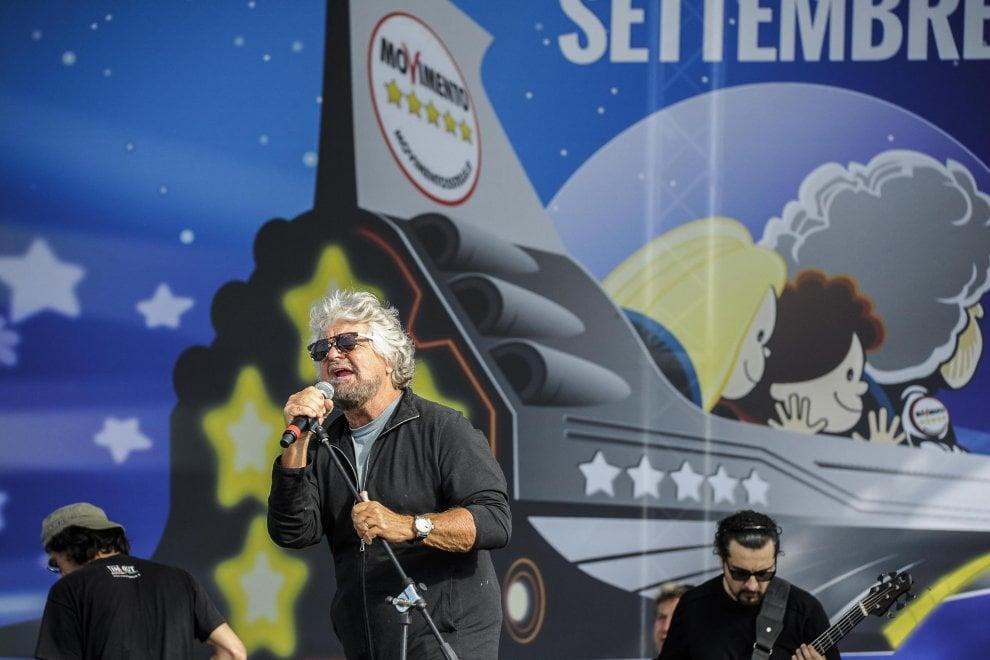 Grillo che canta, abbracci e braccialetti col codice a barra: a Rimini la festa M5s