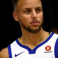 Lo sport Usa contro Trump: Stephen Curry e LeBron James lo criticano. E lui ritira...
