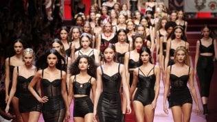 Milano moda: Dolce & Gabbana, trasparenze, guêpière e accessori pop per nuovi Millennials Foto