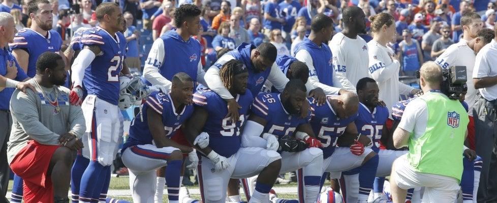 Usa, dilaga protesta star dello sport anti Trump: anticipo football, tutti giocatori in ginocchio