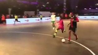 Tunnel magico di Ronaldinho: non sfiora neanche il pallone