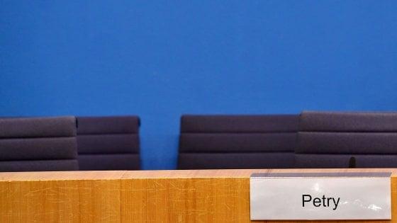 """Germania, Merkel """"ottimista"""" cerca dialogo con Spd, Fdp e Verdi. Afd si spacca: Petry esce dal gruppo"""