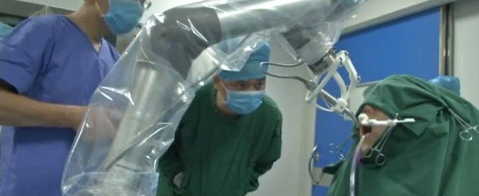Robot dentista in Cina impianta due denti senza l'intervento umano