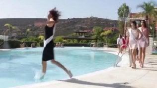 Piroetta di troppo alla sfilata:la miss cade in piscina