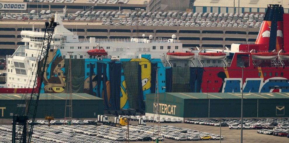 Barcellona coperti i cartoon dipinti sulla nave che