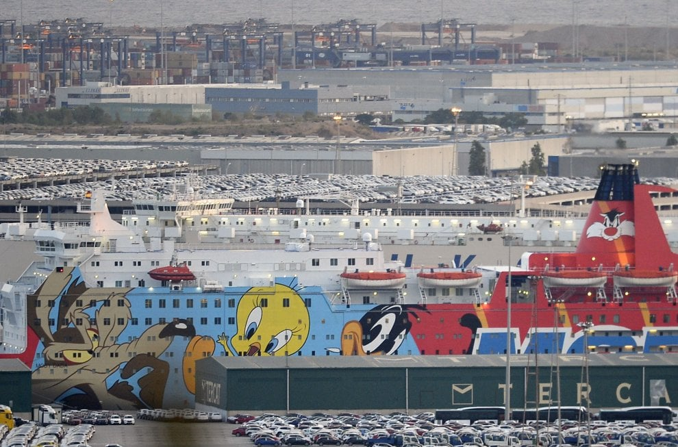 Barcellona coperti i cartoon dipinti sulla nave che ospita gli