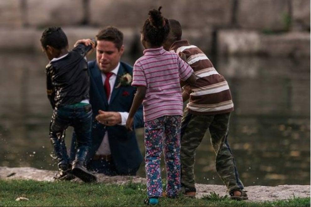 Canada, bimbo cade nel fiume: il novello sposo si butta in acqua e lo salva