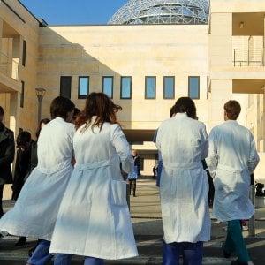 """Roma, i giovani medici in piazza: """"Aumentare i posti nei corsi di specializzazione"""""""
