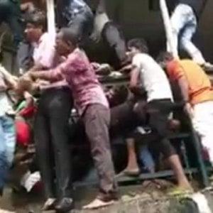 India: calca in una stazione treni a Mumbai, almeno 22 morti