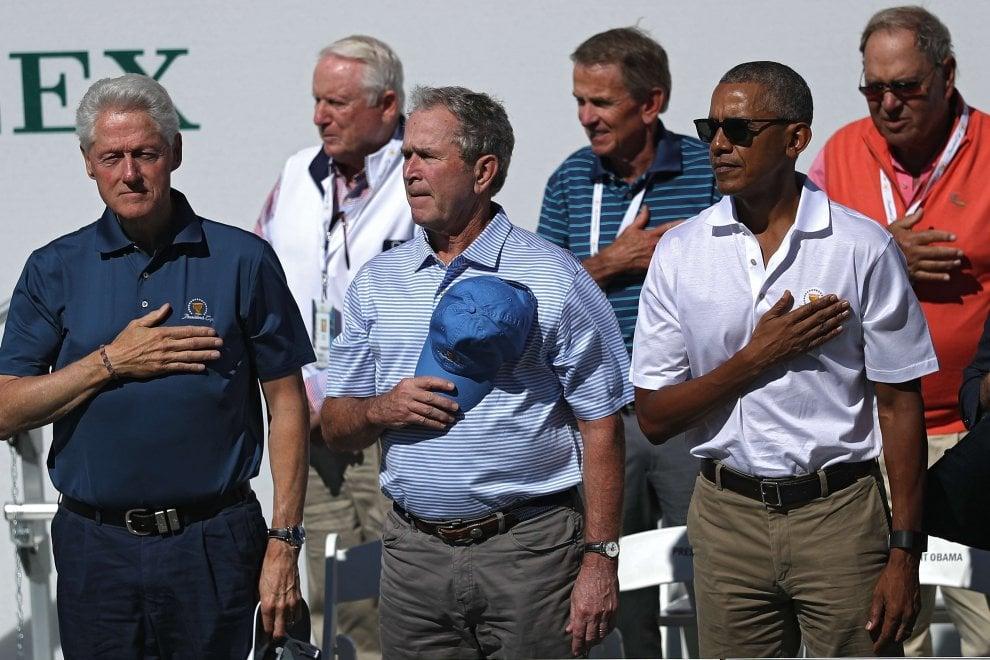 Clinton, Bush e Obama al torneo di golf: selfie e abbracci per gli ex presidenti Usa