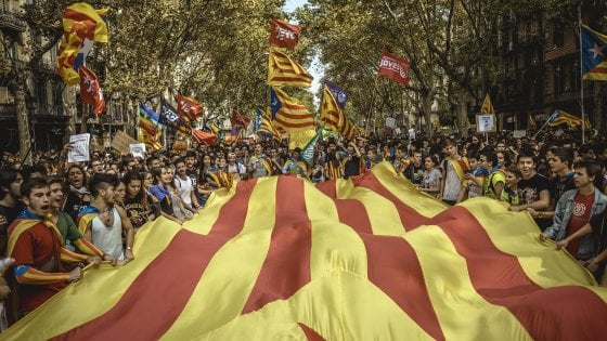 """Catalogna, cresce la tensione. Elettori occupano i seggi: """"Se ci bloccate troveremo alternativa"""""""