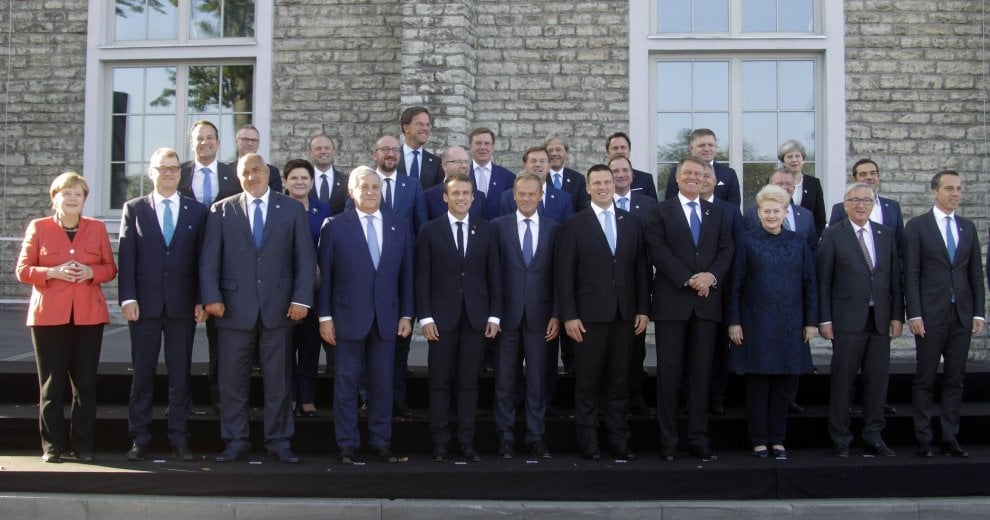 Estonia, i leader europei nella foto di gruppo: Theresa May in ultima fila
