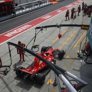 Sepang, la Ferrari rompe il motore, Vettel partirà ultimo. Pole a Hamilton, poi Kimi