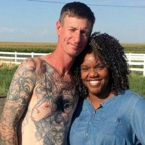 """Colorado, la donna afroamericana che ha cambiato la vita a un neonazista: """"Via svastiche e tatuaggi, sono un altro uomo"""""""