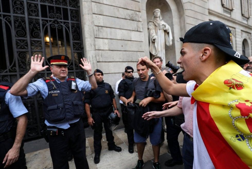 Referendum Catalogna, bandiere spagnole e slogan: la protesta dei contrari al voto