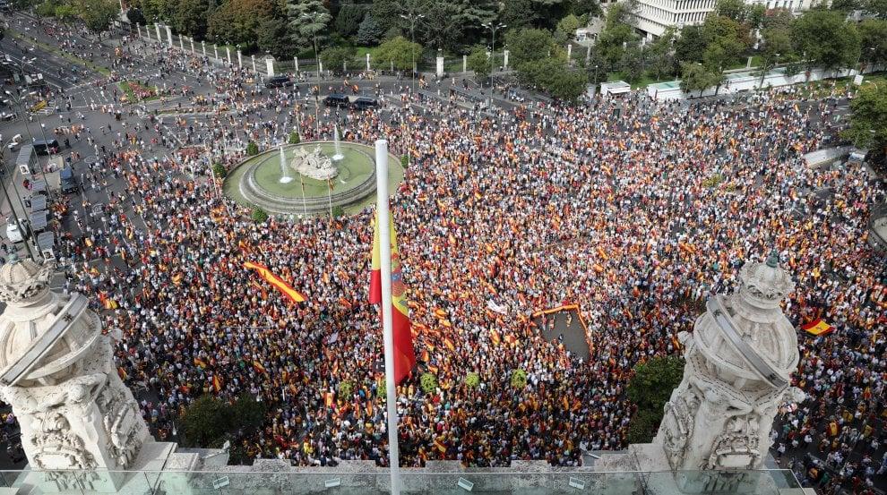 Madrid, in migliaia in piazza contro il referendum catalano