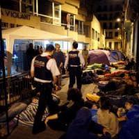 Ore di attesa e tensione a Barcellona. I poliziotti lasciano il porto verso le scuole. Lunghe code ai seggi