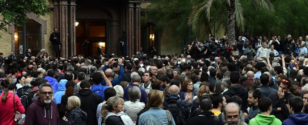 "Referendum Catalogna, scontri e violenze ai seggi. Rajoy: ""Messinscena"". Puigdemont: ""Ora indipendenza"""