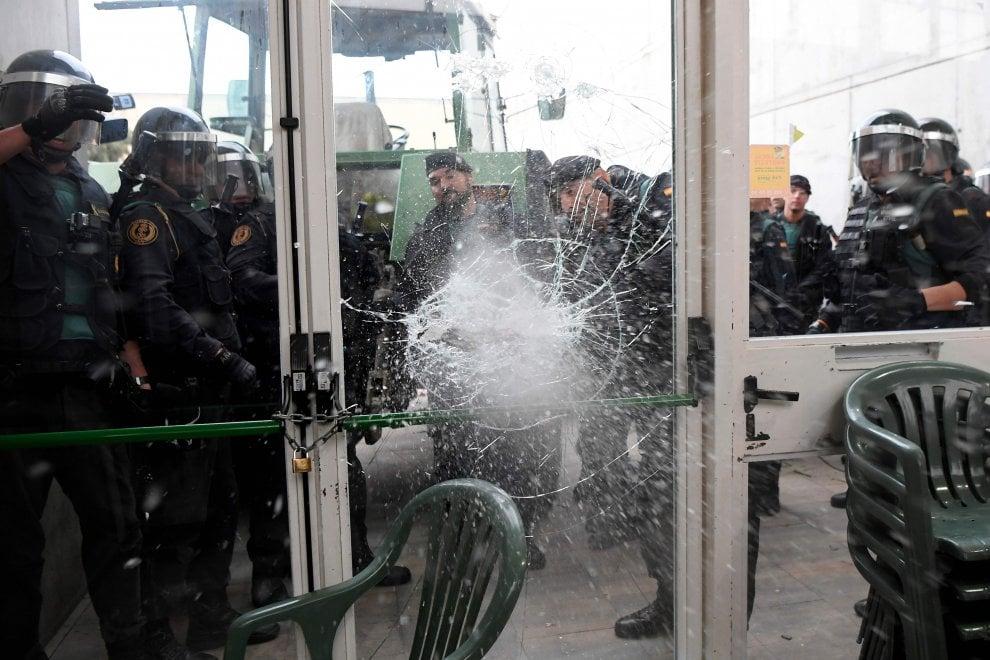 Referendum Catalogna, la polizia fa irruzione nei seggi
