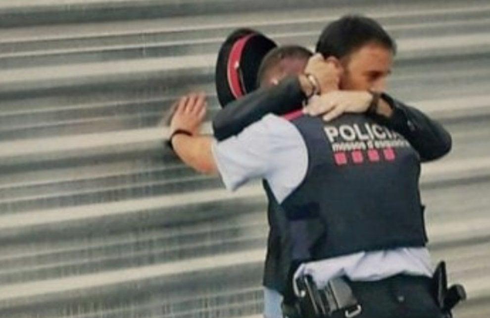 Referendum Catalogna, la foto simbolo: l'uomo che abbraccia un agente dei Mossos d'Esquadra