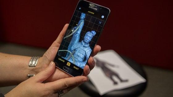 Gli antichi guerrieri di terracotta cinesi armati dallo smartphone