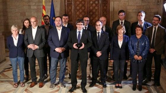 Catalogna, polizia irrompe in seggio Puigdemont