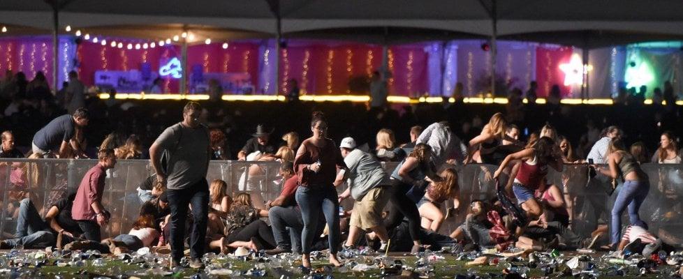 """Las Vegas, strage al festival country: 59 morti e oltre 500 feriti. L'Fbi: """"Non è terrorismo"""".  Trump: """"Attacco terribile"""""""