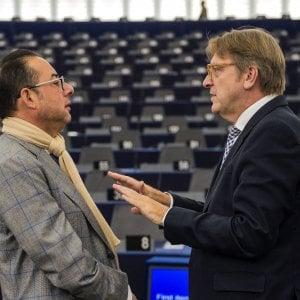 Guy Verhofstadt parla con Gianni Pittella prima del dibattito su Brexit