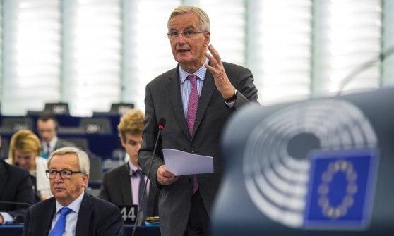 Michel Barnier, capo negoziatore per la Ue su Brexit, riferisce al Parlamento Ue. Vicino a lui il presidente Jean-Claude Juncker