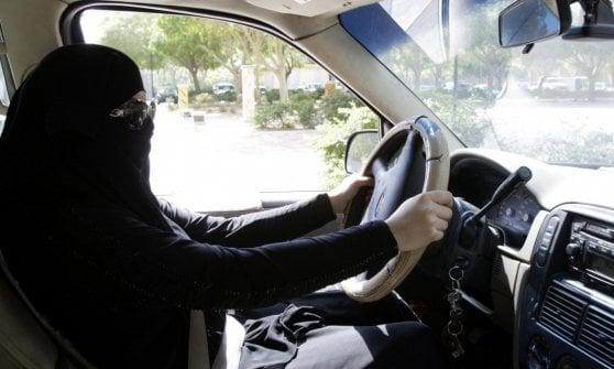 Arabia Saudita, le donne al volante affondano i taxi guidati da immigrati