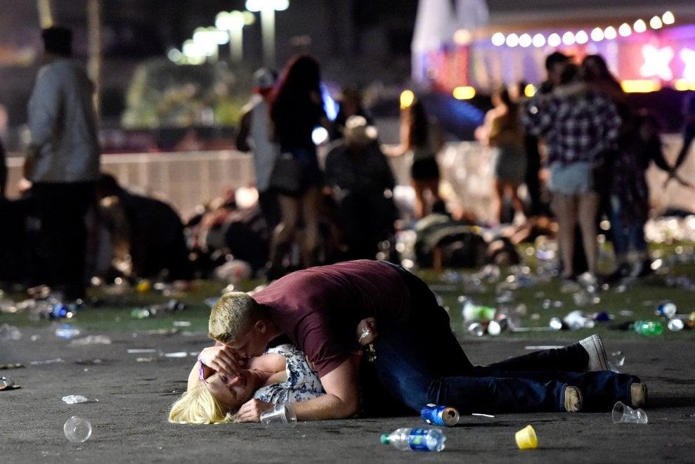 Las Vegas, identificato il ragazzo eroe della foto simbolo della strage