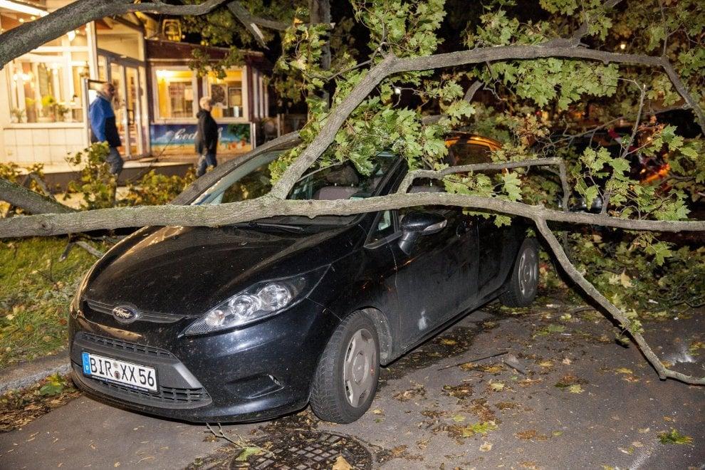 Germania, tempesta al Nord: sette morti