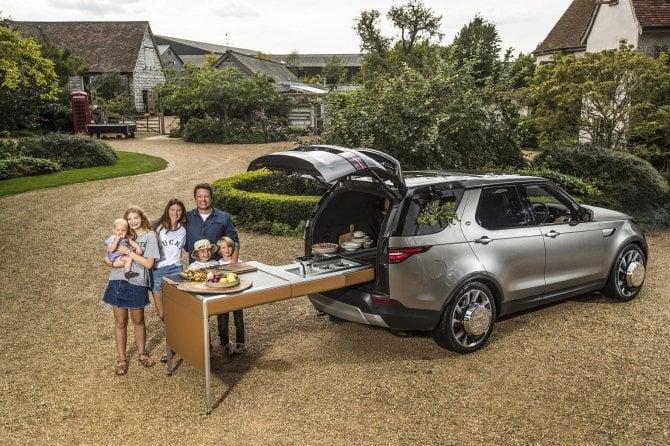 E la Land Rover Discovery si trasforma in cucina per Jamie Oliver