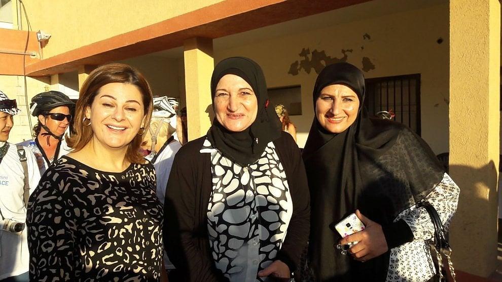 """Libano, """"Follow the women"""" arriva a Sidone: continua la marcia delle donne in bicicletta contro la guerra"""