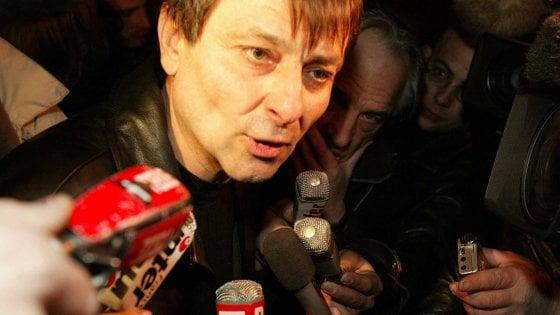 Brasile, Battisti torna libero. Rietrato a casa, in aeroporto brinda con la birra