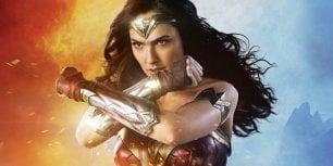 Wonder Woman bacia la comica gay del SNL